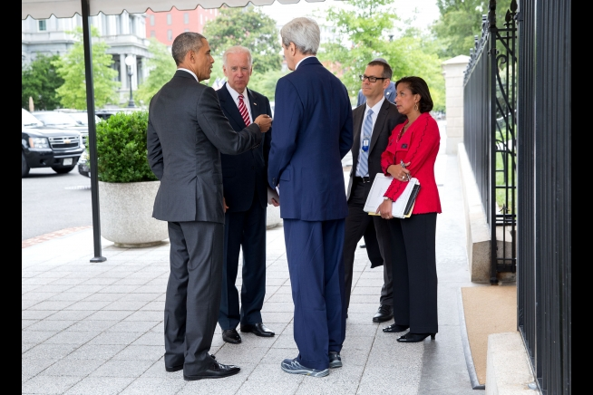 President Barack Obama talks with Vice President Joe Biden, Secretary of State John Kerry, Colin Kahl, National Security Advisor to the Vice President, and National Security Advisor Susan E. Rice outside the West Wing