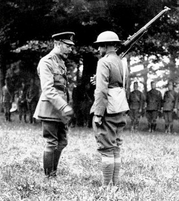 Pvt Harry Shelley receives British Distinguished Conduct Medal from King George V crop