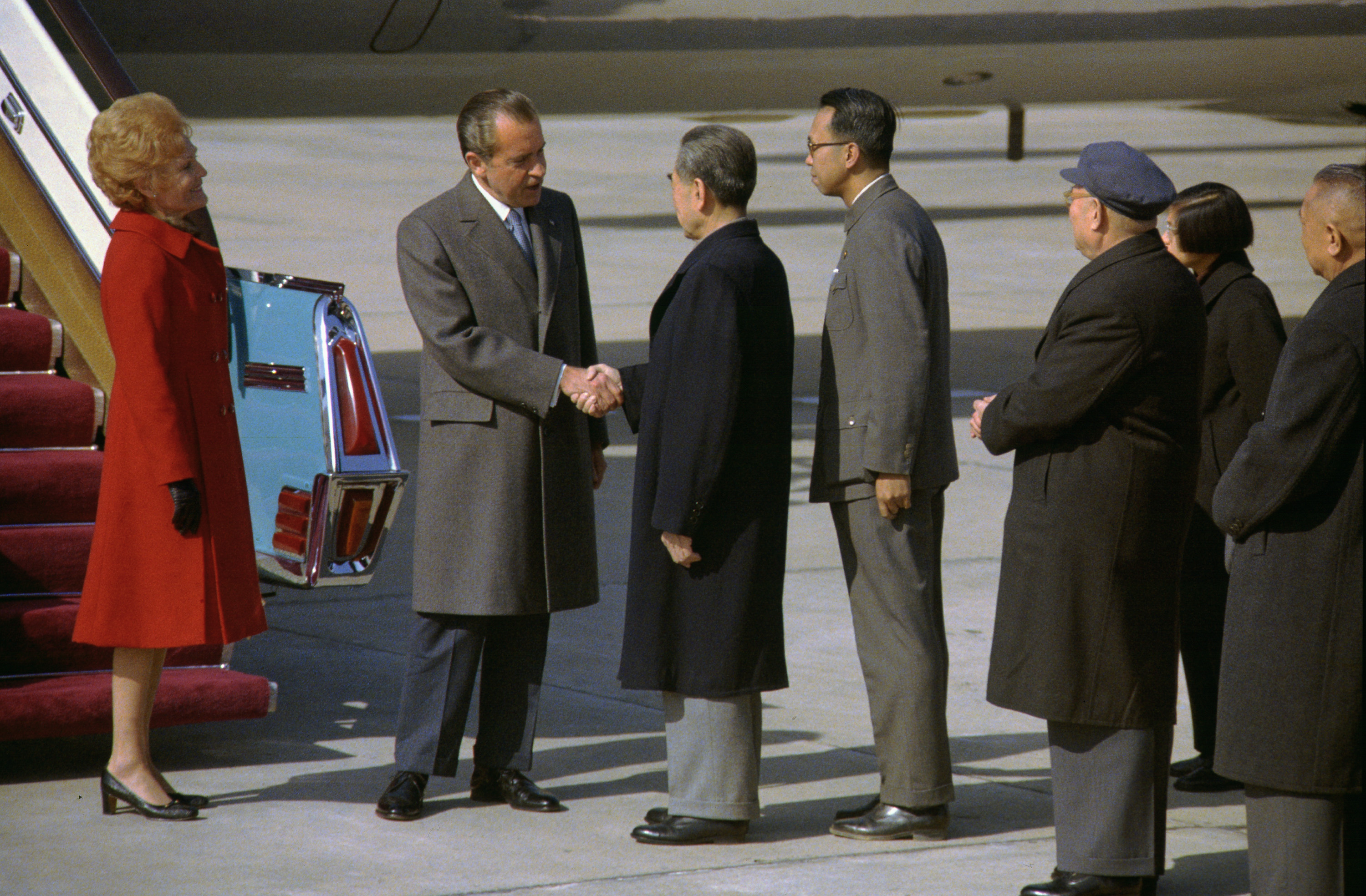 Nixon shakes hands with Chou En-lai