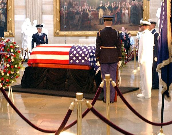 Reagan's casket lies in state June 9 '04 (cropped)