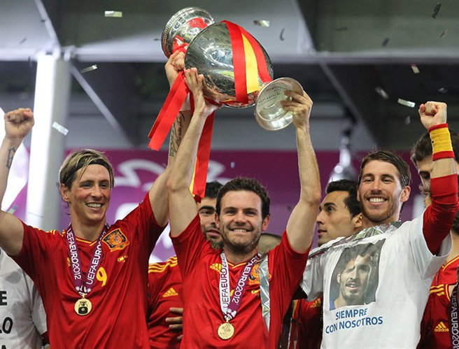 Torres, Mata and Ramos Euro 2012 trophy 01