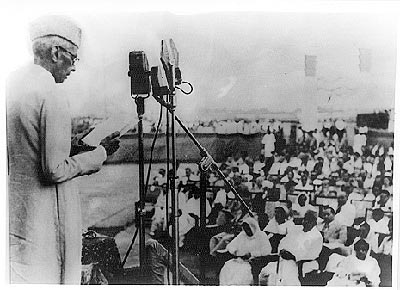 Quaid-delivering-speech copy2