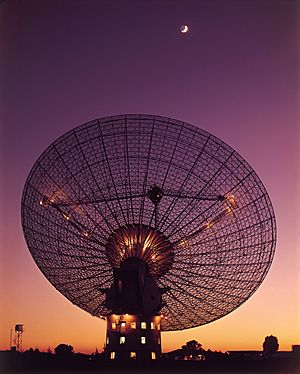 CSIRO ScienceImage 4350 CSIROs Parkes Radio Telescope with moon in the background
