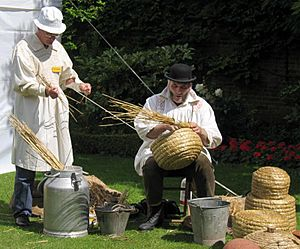 Making-skep-beehive