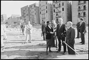 Secretary of H.U.D. Patricia Harris, Jimmy Carter and New York Mayor Abraham Beame tour the South Bronx. - NARA - 176392