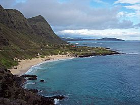 The southern view of Makapu'u Beach Park, looking north from Kalanianaʻole Highway in March 2007.