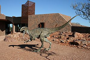 "Australian Age of Dinosaurs Museum Reception Centre with bronze ""Australovenator wintonensis"" (Banjo).jpg"