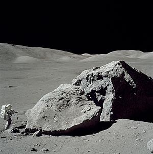 Moon-apollo17-schmitt boulder