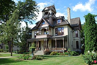 A.H.Allyn House 511 E Walworth Delavan2.JPG