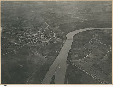 Aerial view of Murray Bridge (B 11533).jpeg