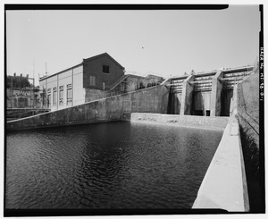 OVERALL VIEW OF SPILLWAY SHOWING BAFFLE WALL AND TAIL WATERS, WITH POWERHOUSE (MI-98-C) AND SUBSTATION (MI-98-D) AT LEFT. VIEW TO SOUTH. - Cooke Hydroelectric Plant, Spillway, HAER MICH,35-OSCO.V,1B-1
