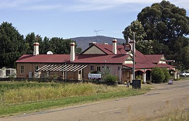 Tumblong Tavern viewed from the Hume Highway.jpg