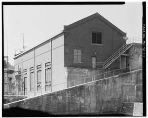 EAST FRONT AND NORTH SIDES, WITH SUBSTATION (MI-98-D) AT LEFT AND SPILLWAY SEPARATING WALL (MI-98-B) IN FOREGROUND. VIEW TO SOUTH. - Cooke Hydroelectric Plant, Powerhouse, HAER MICH,35-OSCO.V,1C-1