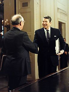 Reagan-Gorbachev shaking hands 1987-12-07 C44091-30