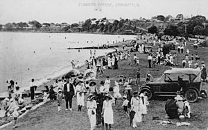 StateLibQld 1 142031 Holidaymakers at Sandgate, ca. 1920-1930