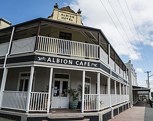 Albion Hotel-Cafe Braidwood NSW-1 (39816499112) (cropped).jpg