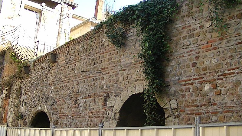 Photo showing a section of the Roman wall in Nantes.