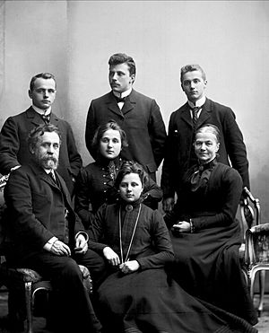 Paus family portrait NFB-18645