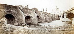 Old and new trent bridges 1871
