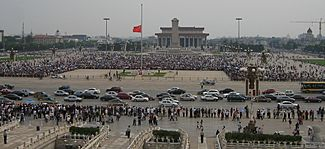 National mourning for 2008 Sichuan earthquake victims - Tiananmen Square, Beijing, 2008-05-19 (Cropped)